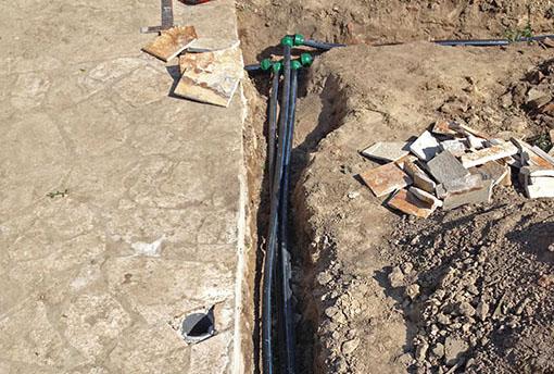 Изкопно трасе за полагане на тръби за подземна поливна система
